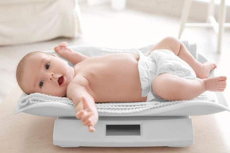 Baby auf einer Waage wiegen