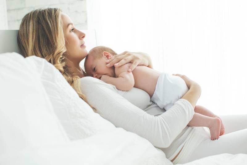 Mutter hält Baby auf der Brust