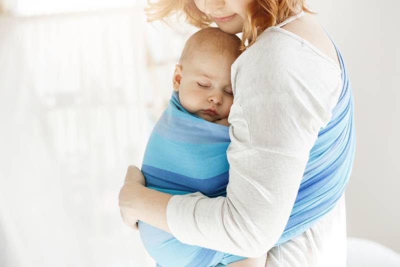 Mutter hält ihr Baby fest