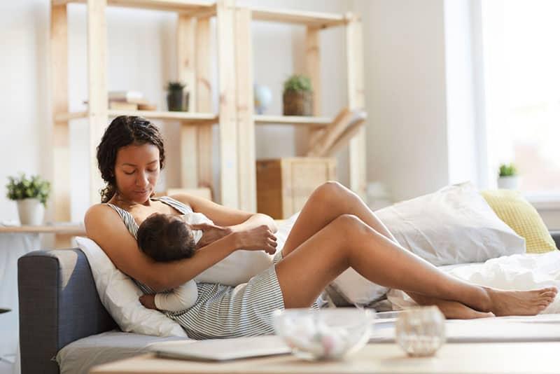 junge Frau, die ihr Baby stillt