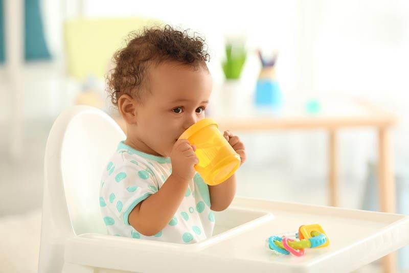 Baby trinkt Wasser