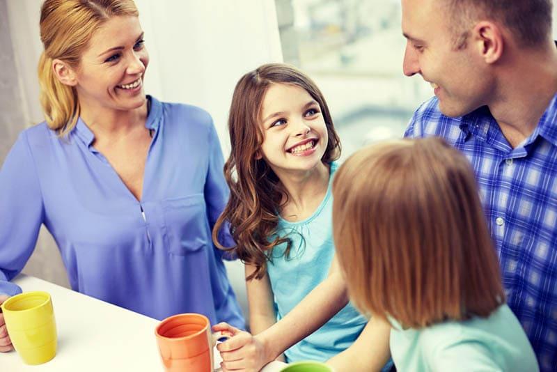 Eltern sprechen mit Kindern