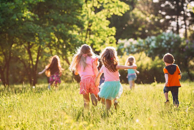 Kinder laufen im Park