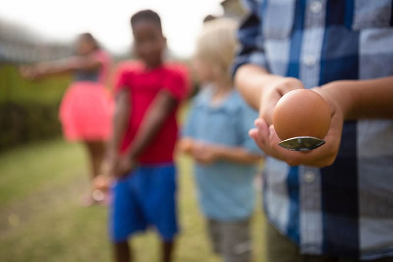 Kinder spielen Ei und Löffel Rennen