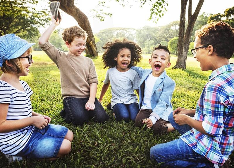 Kinder spielen im Park auf dem Rasen