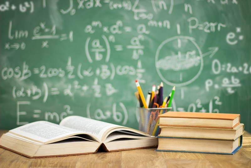 Schulbücher auf dem Tisch