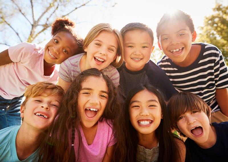 ein Haufen Kinder lächeln