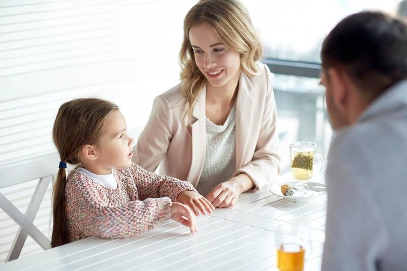 junge Eltern sprechen mit ihrer Tochter