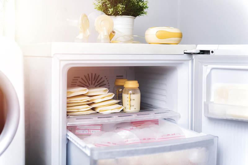 Muttermilchbeutel im Kühlschrank eingefroren