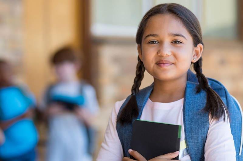 süßes Mädchen in Schuluniform