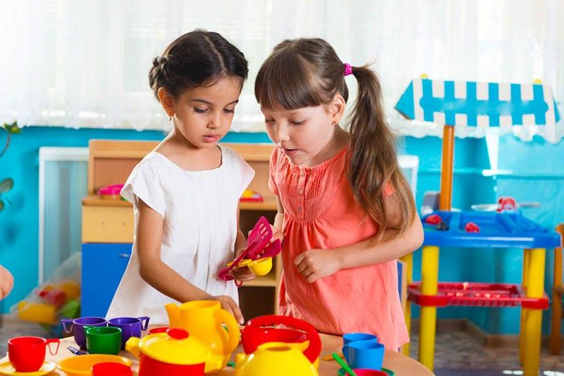 zwei Mädchen spielen zusammen