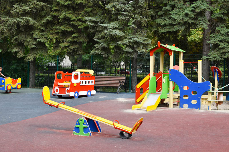 Bunter Kinderspielplatz im Kindergartenhof