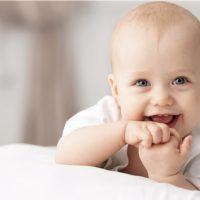 Porträt eines kriechenden Babys auf dem Bett in ihrem Zimmer