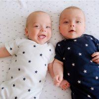 Zwei entzückende Zwillingsbabys lächelnd