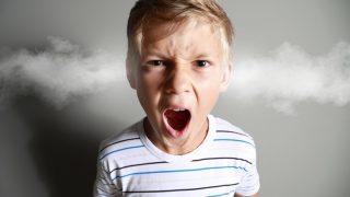 aggressiver kleiner Junge schreit