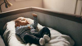 neugeborenes Baby schläft in einem Babybalkon