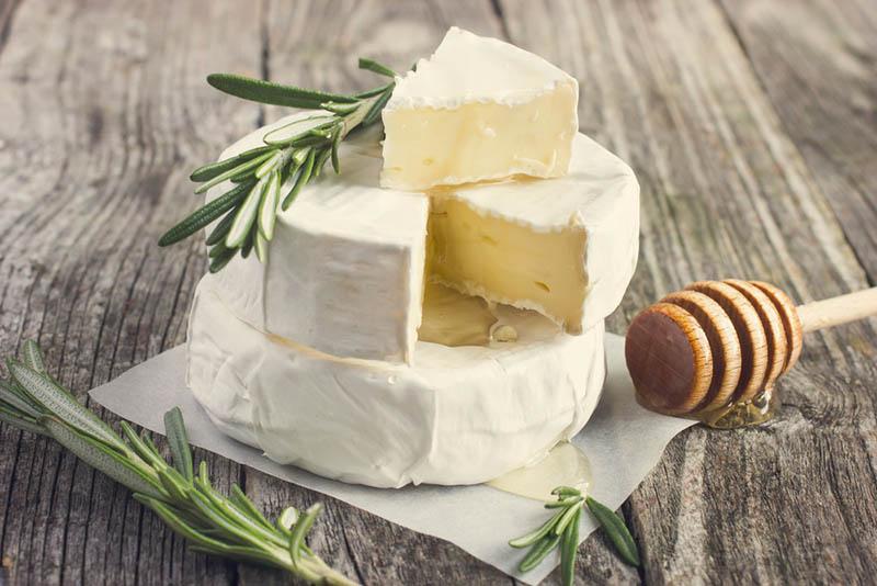 Camembert-Käse mit Rosmarin und Honig