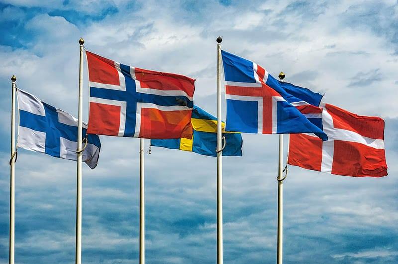 Die Flaggen der Länder Skandinaviens wehen am Himmel