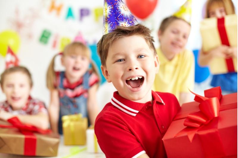 Freudiger Junge mit Geschenkbox