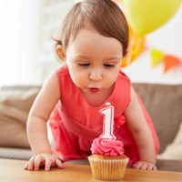1 Jahr altes Baby feiert Geburtstag