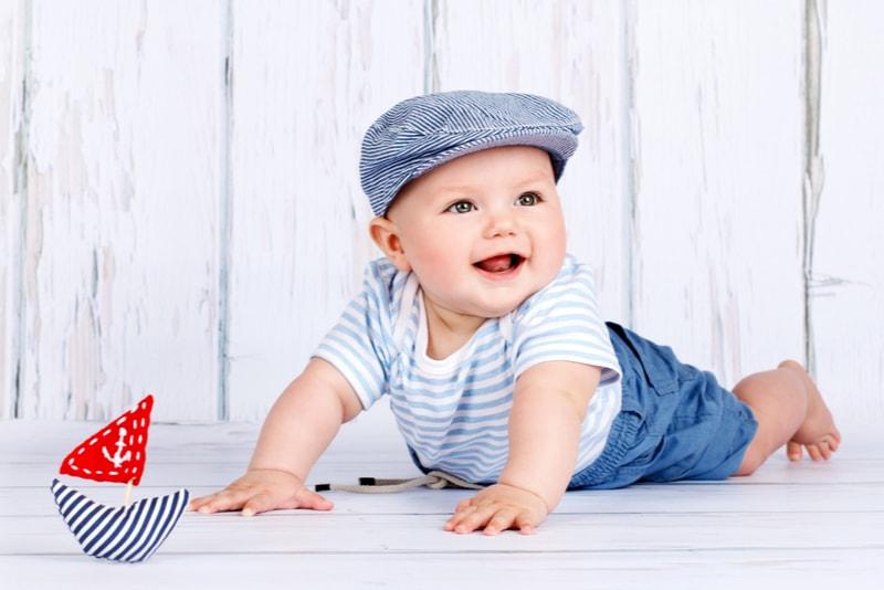 Glücklicher kleiner Baby-Seemann