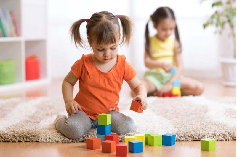 Kinder Kleinkinder Mädchen spielen Spielzeug zu Hause