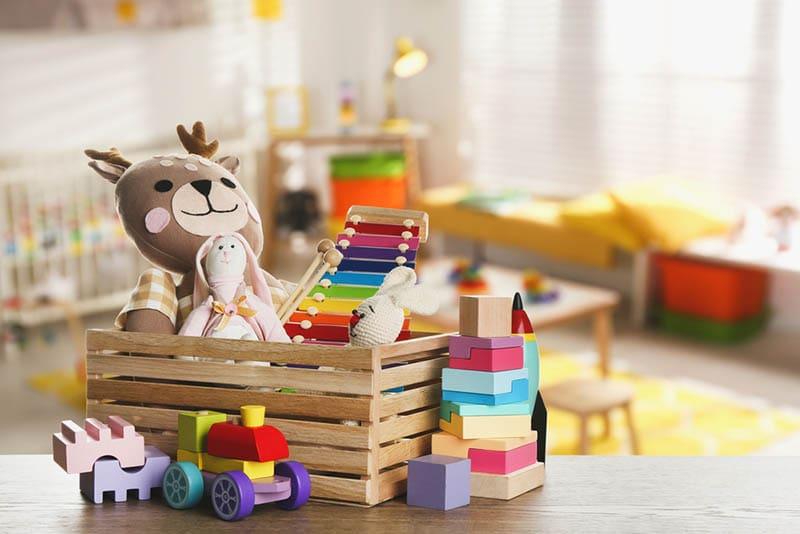 Kinderspielzeug im Holzbecken auf dem Tisch