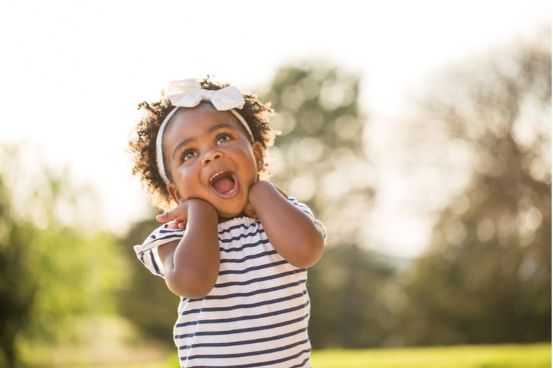 Kleines Mädchen mit einem niedlichen Ausdruck