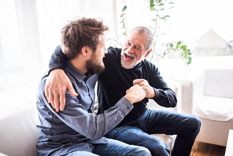 Senior Mann sitzt auf der Couch mit seinem Schwiegersohn