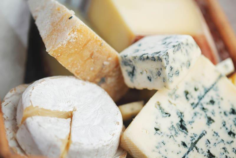Verschiedene Käsesorten Zusammensetzung auf dem Tisch