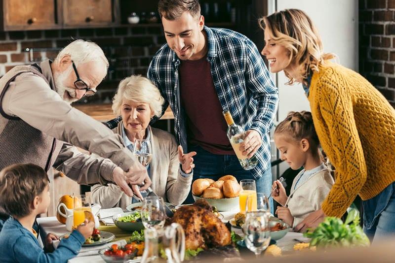 glückliche Familie beim gemeinsamen Abendessen