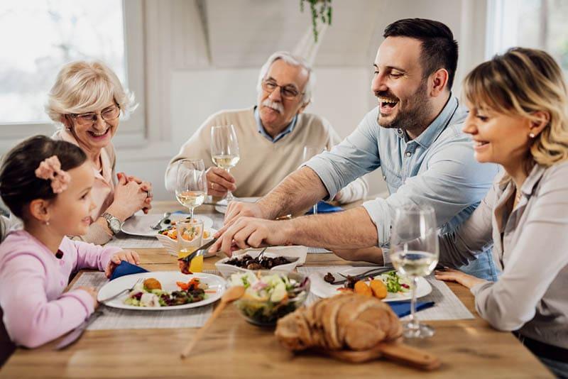 glückliche Familie beim gemeinsamen Mittagessen zu Hause