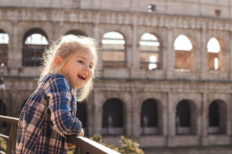 glückliches kleines Mädchen in der Nähe des Kolosseums in Rom