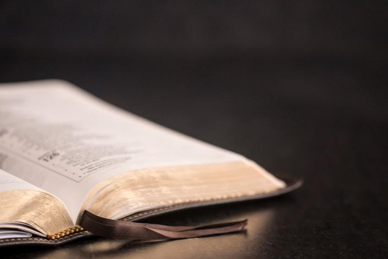 offene Bibel auf dem Tisch
