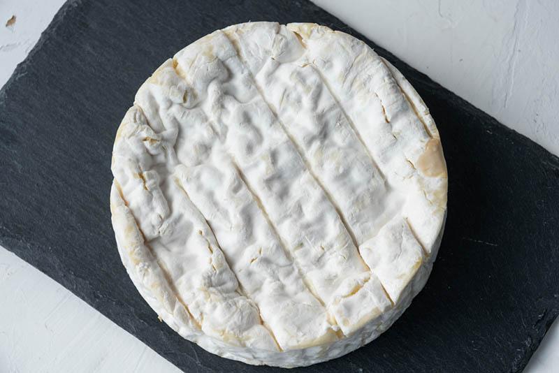runder Camembert-Käse auf dem Tisch