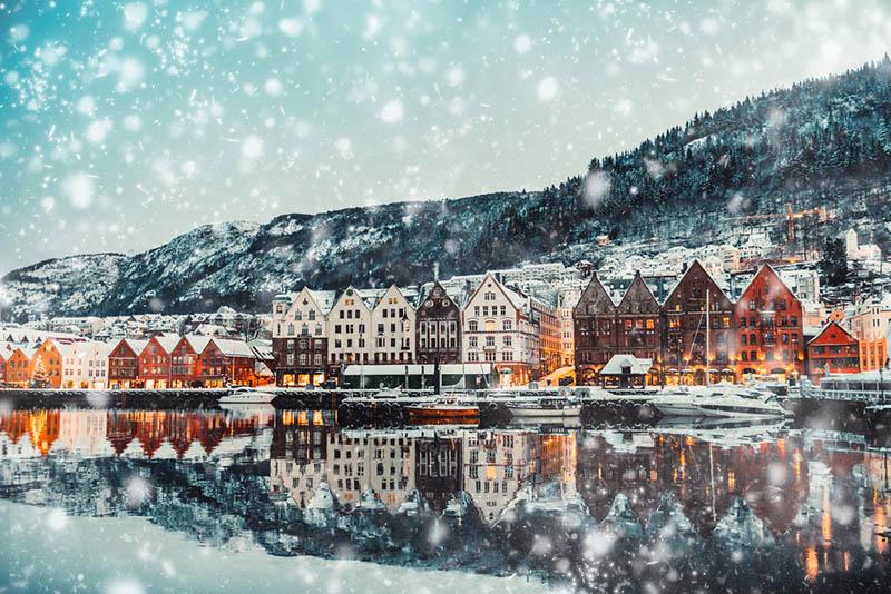 schöne Ansicht von Norwegen Häuser auf verschneiten Tag