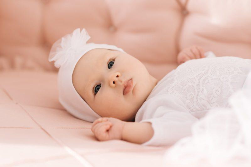 süßes 6 Monate altes Baby liegend