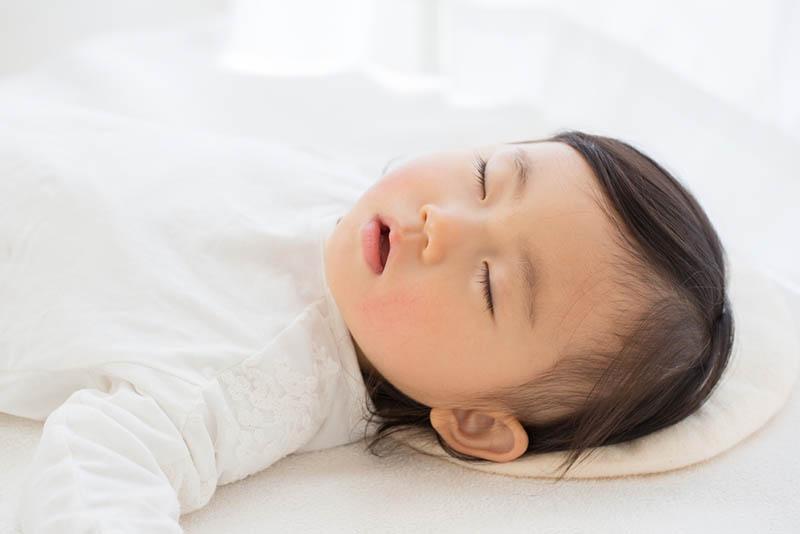 süßes Baby Mädchen schlafen auf dem Bett