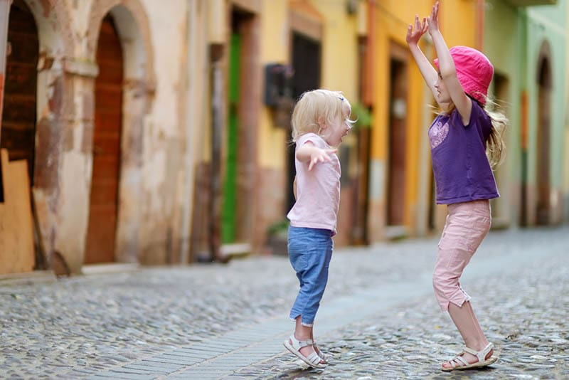 zwei kleine Mädchen haben Spaß auf der Straße