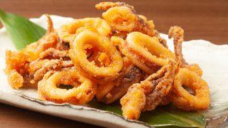 Frittierte Calamari, serviert auf einem weißen Teller