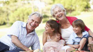 Großeltern und Enkelkinder genießen Picknick zusammen