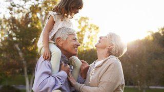 Großeltern geben Enkelin eine Schulterfahrt im Park
