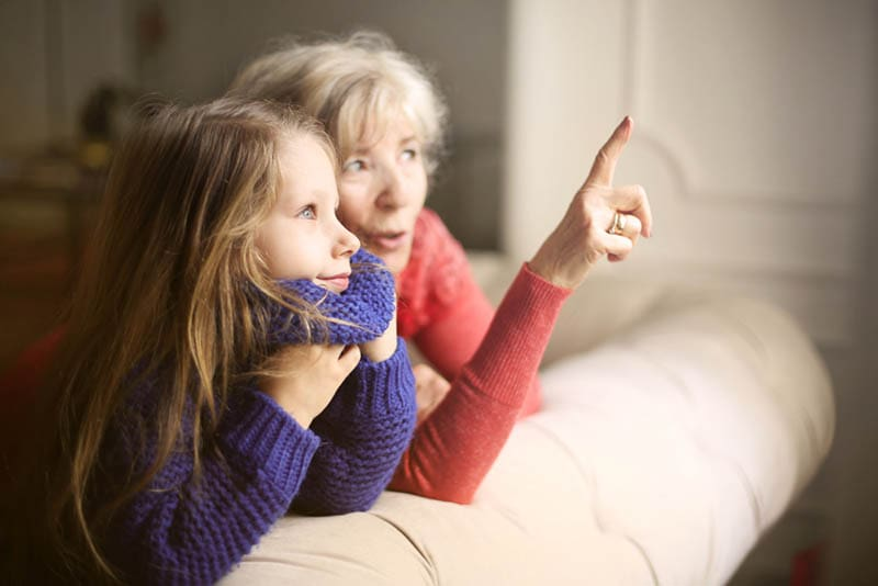 Großmutter im Gespräch mit ihrer Enkelin zu Hause
