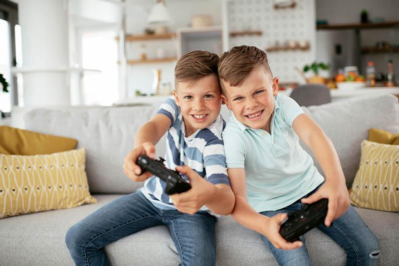 Junge Brüder haben Spaß beim Spielen von Videospielen