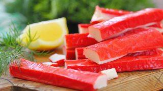 Surimi-Sticks serviert mit Zitrone