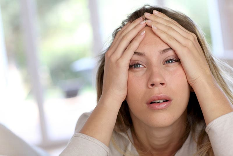 gestresste achtsame Frau mit Blick in die Ferne