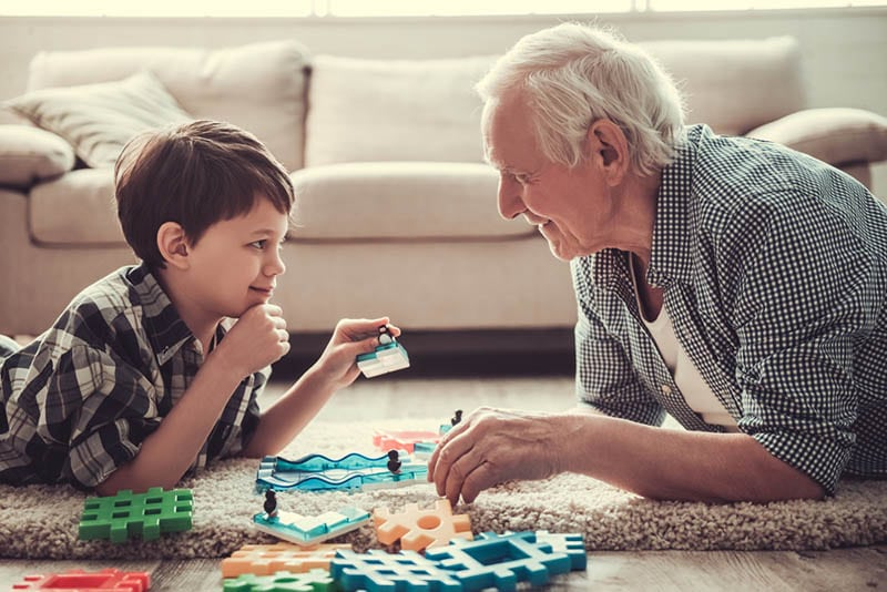 glücklich Großvater und Enkel spielen auf dem Boden