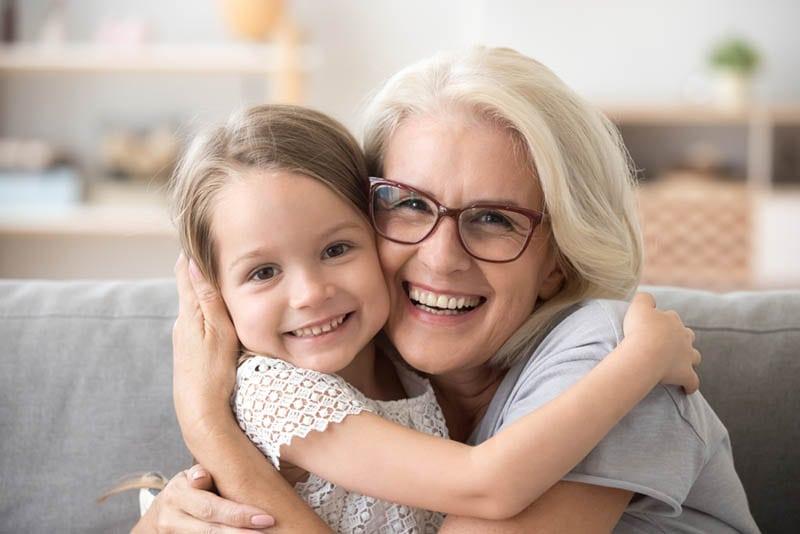 glückliche Oma, die ihre Enkelin umarmt