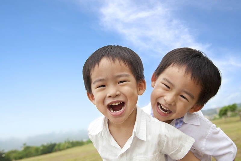 glückliche kleine Jungen stehen im Freien