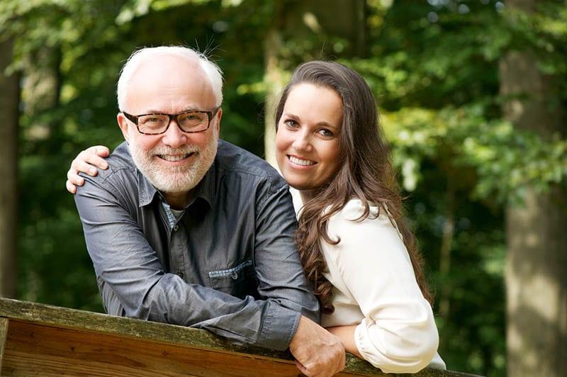 glücklicher Vater und Tochter posieren im Park
